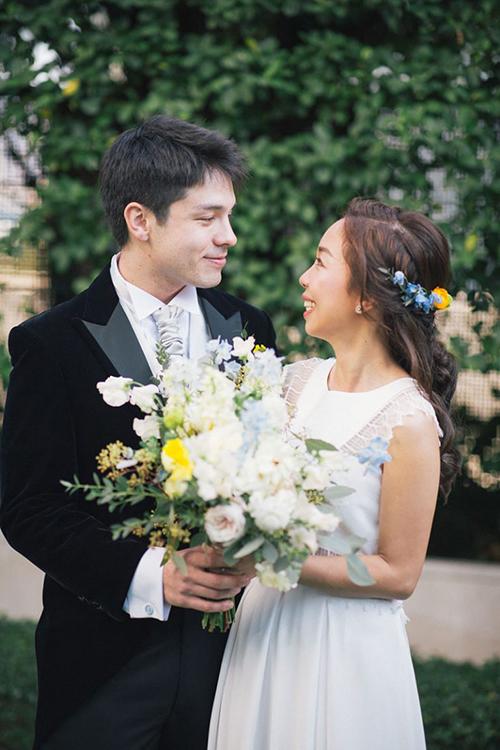 Uyên ương chọn hoa cưới có cẩm tú cầu xanh, hoa hồng trắng làm chủ đạo.
