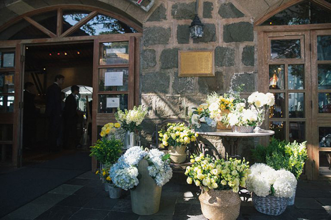 Một góc của bàn tiếp tân được phủ đầy bởi những giỏ hoa cẩm tú cầu xanh.
