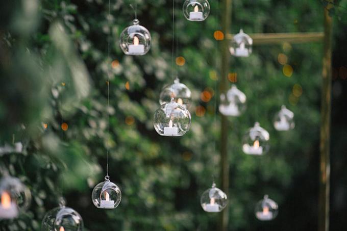 Hôn lễ được trang trí bởi những quả cầu nến treo lơ lửng trên không trung.