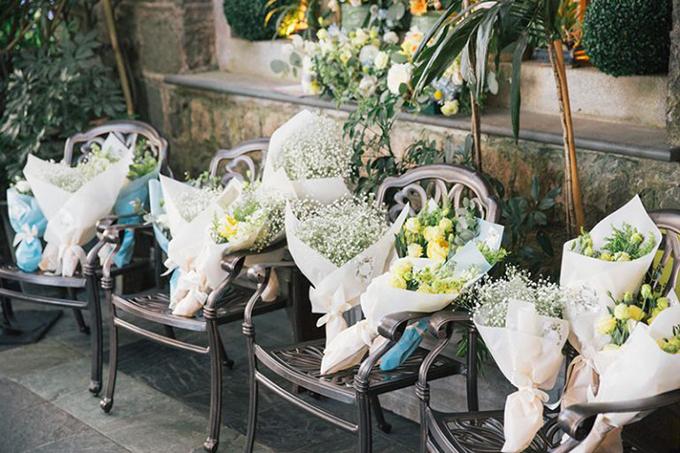 Những bó hoa baby góp phần làm cho không gian trở nên thơ mộng hơn.