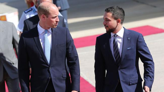 Thái tử Abdulah ra tận sân bay đón chuyên cơ của Hoàng tử William. Ảnh: Harpers Bazaar.