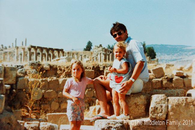 Chị em Kate và bố tại Jordan những năm thơ ấu. Ảnh: Kensington Palace.