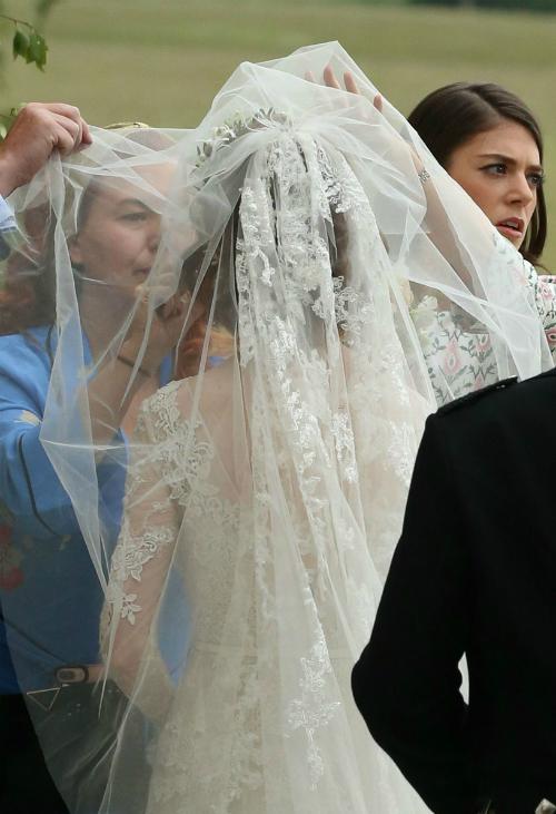 Tay áo dài được may bằng vải xuyên thấu đắp những bông ren trải dài.