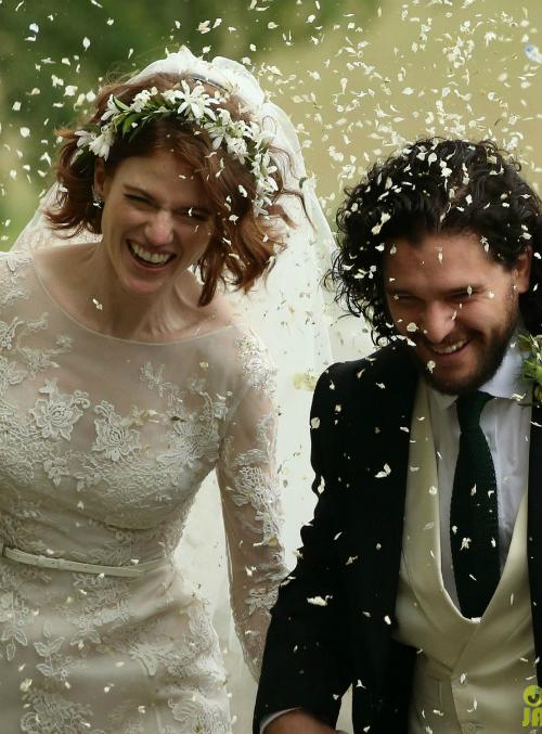 Cặp diễn viên phim Game of Thrones, Kit Harington và Rose Leslie, đã tổ chức hôn lễ hôm 23/6 vừa qua tại Aberdeenshire, Scotland, trong một tòa lâu đài gắn với tuổi thơ của Leslie. Để chuẩn bị cho sự kiện đặc biệt này, cô dâu Leslie đã lựa chọn phong cách thời trang lãng mạn và cổ điển, sánh đôi bên chú rể đầy chất nghệ.