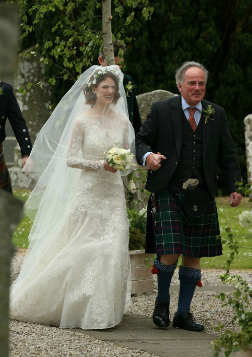 Dáng váy fit-and-flare ôm khít vòng eo và đường hông cong tròn nhưng xòe rộng ở chân phù hợp với một tiệc cưới ngoài trời, khi cô dâu phải di chuyển nhiều.