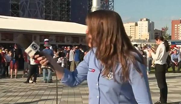 Nữ MC quay sang nhiếc mắng và chỉ trích CĐV quấy rối mình. Ảnh: SporTV.