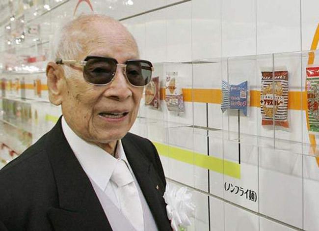 Ông Momofuka Ando được mệnh danh là ông tổ của ngành công nghiệp mì gói. Ảnh: Osaka News.