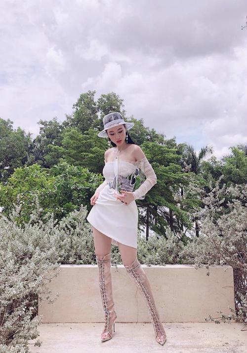 Angela Phương Trinh khoe đôi chân dài miên man và bờ vai trần nuột nà.