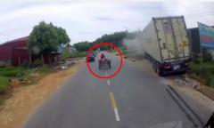 Container lao thẳng lên nhà dân vì tránh xe máy