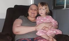 Sự nhanh trí của bé gái 3 tuổi cứu người mẹ khỏi cơn động kinh