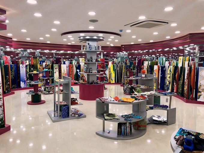 Với không gian hiện đại và rộng rãi, các sản phẩm vải thời trang, trang phục may sẵn, phụ kiện thời trang được trưng bày với số lượng, chủng loại đa dạng, mang đến nhiều lựa chọn cho khách hàng.