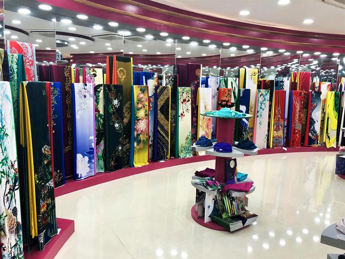 Các bộ sưu tập áo dài mới nhất của Thái Tuấn đã có mặt tại cửa hàng.
