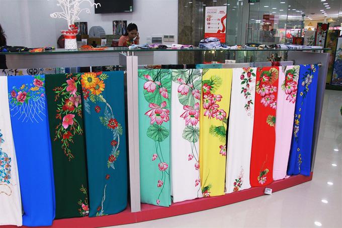Cửa hàng Thái Tuấn Cầu Giấy là một trong những địa điểm mua sắm không thể bỏ qua cho các nàng yêu thích vải áo dài thêu.