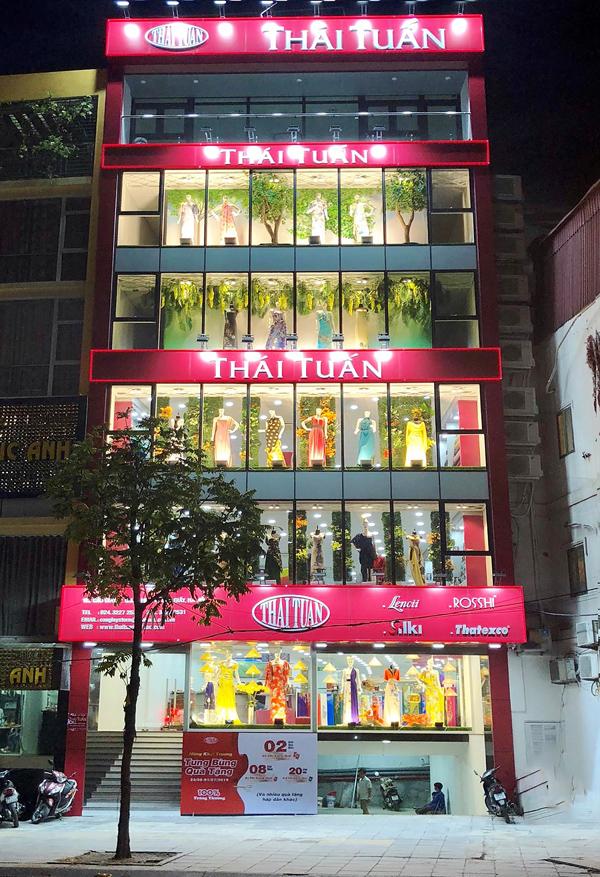 Thái Tuấn vừa khai trương cửa hàng vải thời trang thứ 2 tọa lạc tại 182 Cầu Giấy, phường Quan Hoa, quận Cầu Giấy, TP Hà Nội. Đại chỉ mới sẽ đáp ứng nhu cầu mua sắm vải thời trang, đặc biệt là vải áo dài của người tiêu dùng tại Thủ đô.