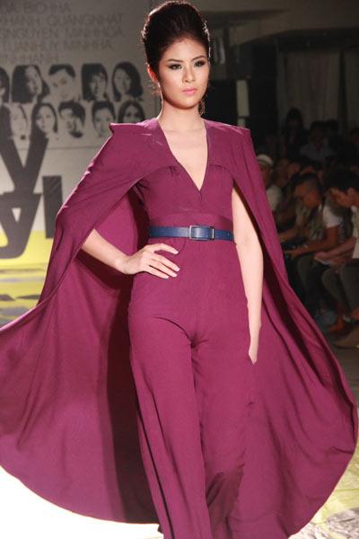 Tham gia trình diễn trên sàn catwalk tối 12/8, Hoa hậu Ngọc Hân đã để lộ vùng tam giác nhạy cảm trên cơ thể dù diện jumpsuit dáng cape kín đáo.