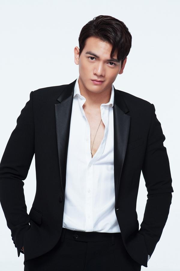 Nhà sản xuất phim Giá già lắm chiêu 2 vừa công bố người mẫu Lê Xuân Tiền đảm nhận vai nam chính.Lê Xuân Tiền sinh năm 1996, xuất thânlà một vận động viên Taekwondo, sau đó chuyển sang người mẫu và được biết đến là chàng thơ của nhà thiết kế Đỗ Mạnh Cường.