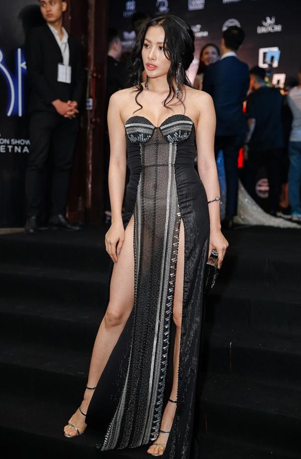 Tham dự show thời trang của Đỗ Long tối 24/6, Trương Nhi diện bộ đầm xuyên thấu xẻ cao tới hông, phô da thịt táo bạo. Tuy nhiên, cô mắc sai lầm khi chọn nội y, tạo nên hình ảnh có phần phản cảm.