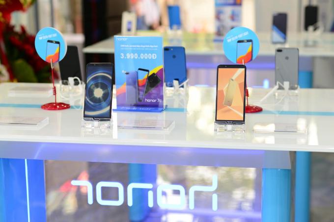 Hương Giang Idol khoe thân hình mảnh mai khi dự ra mắt cửa hàng công nghệ mới - 6