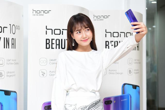 Hương Giang Idol khoe thân hình mảnh mai khi dự ra mắt cửa hàng công nghệ mới - 3
