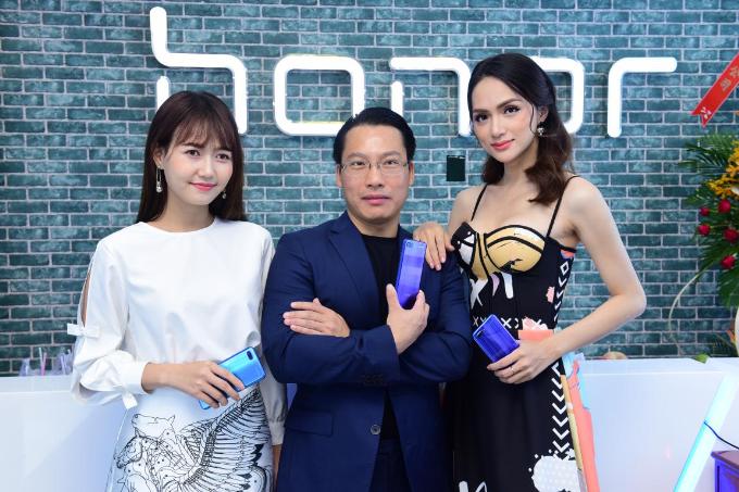 Hương Giang Idol khoe thân hình mảnh mai khi dự ra mắt cửa hàng công nghệ mới - 4