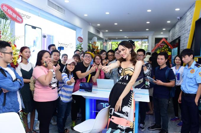 Hương Giang Idol khoe thân hình mảnh mai khi dự ra mắt cửa hàng công nghệ mới - 1