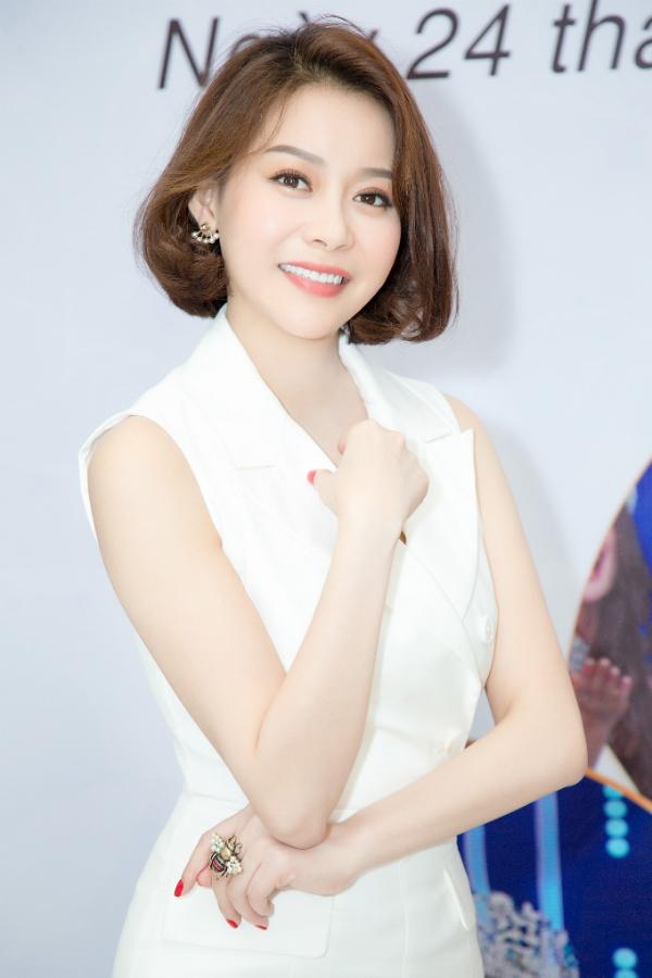Người đẹp Hải Dương diện trang phục trắng thanh lịch xuất hiện trong buổi họp báo.