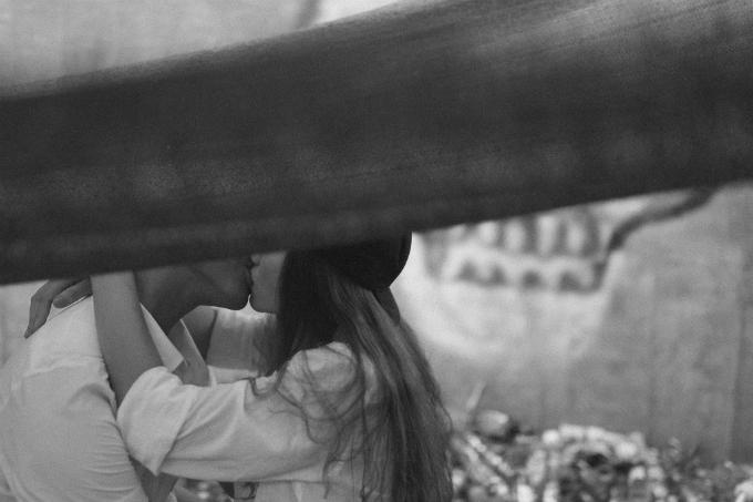 Ảnh cưới lãng mạn trong xưởng may của cặp Bình Phước - 7