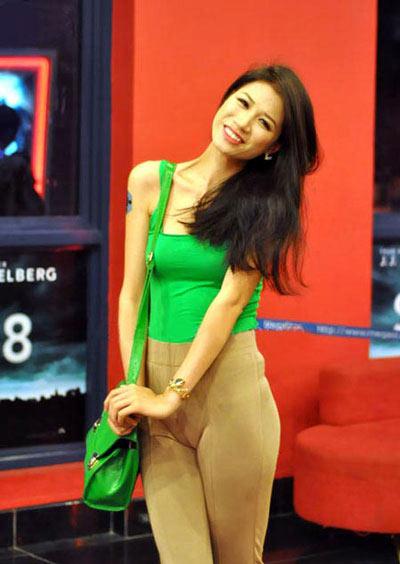 Chiếc quần bó màu nude này từng khiến chân dài Trang Trần phải nhận nhiều lời bình luận tiêu cực.