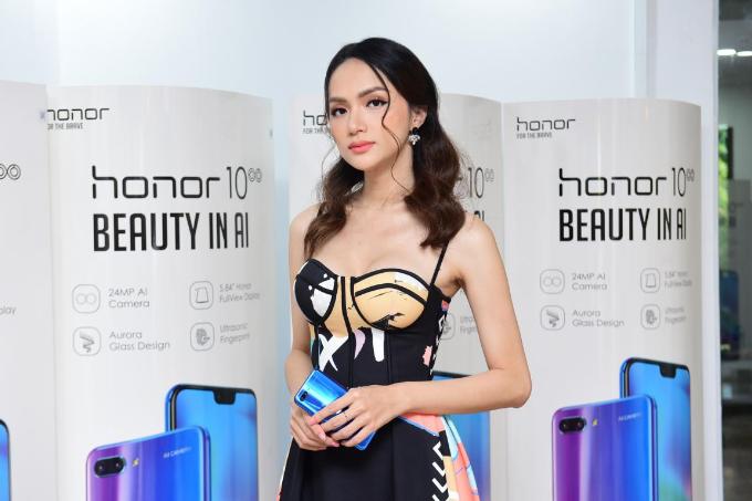 Hương Giang Idol khoe thân hình mảnh mai khi dự ra mắt cửa hàng công nghệ mới - 2
