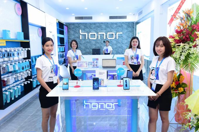 Hương Giang Idol khoe thân hình mảnh mai khi dự ra mắt cửa hàng công nghệ mới - 5