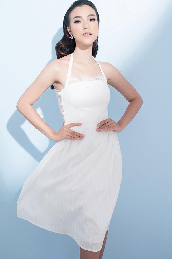 Khi khoác lên mình những mẫu váy ngắn chấm gối Dung Đại ca có được nét thanh lịch, dịu dàng.