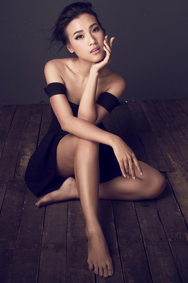 Kết hợp cùng trang phục đẹp, nữ MC cũng mạnh dạn thể hiện phần tạo dáng ấn tượng nhằmgây sức hút cho bộ ảnh.