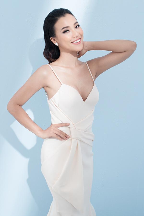 Các kiểu váy hai dây được nữ diễn viên chọn lựa để tôn nét gợi cảm và sang trọng.