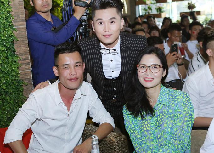 Diễn viên hài Hiệp Gà cũng có mặt tại sự kiện. Anh đi từ Hưng Yên ra Hà Nội để mừng người em thân thiết - ca sĩ Du Thiên (giữa) - ra mắt sản phẩm âm nhạc mới.
