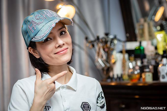 Nữ diễn viên thường kết hợp mũ lưỡi chai đính họa tiết nổi bật với trang phục để hoàn thiện vẻ ngoài cá tính.