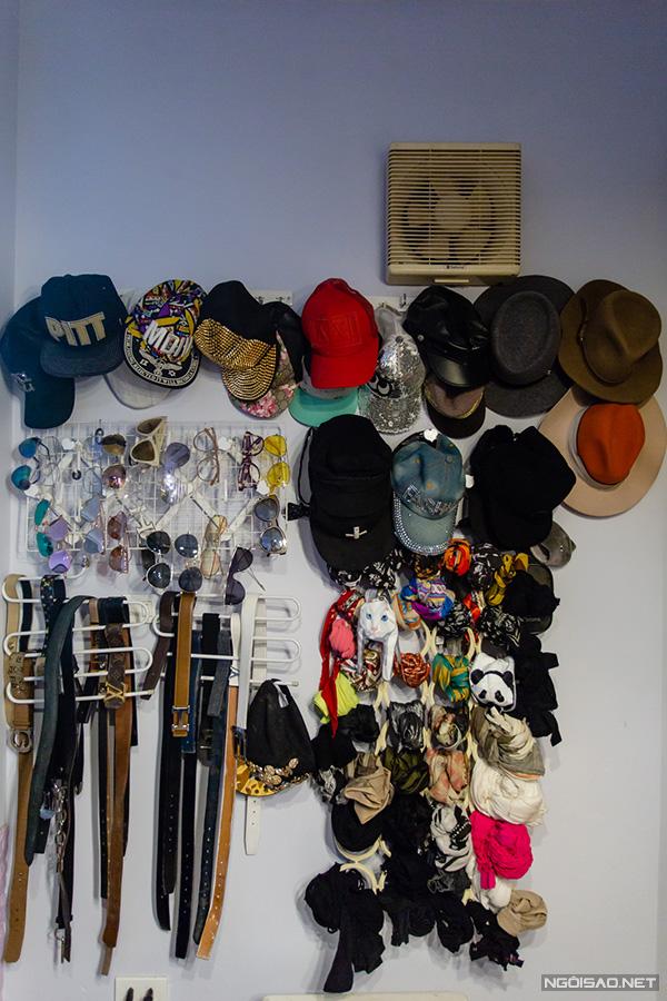 Ngoài nước hoa, Kiều Thanh còn có sở thích sưu tầm khăn, thắt lưng và mũ. Nữ diễn viên chưa bao giờ thống kê mình có bao nhiêu món đồ trong bộ sưu tập của mình. Mỗi mùa, cô sẽ treo một số mẫu yêu thích lên tường để tiện lựa chọn.