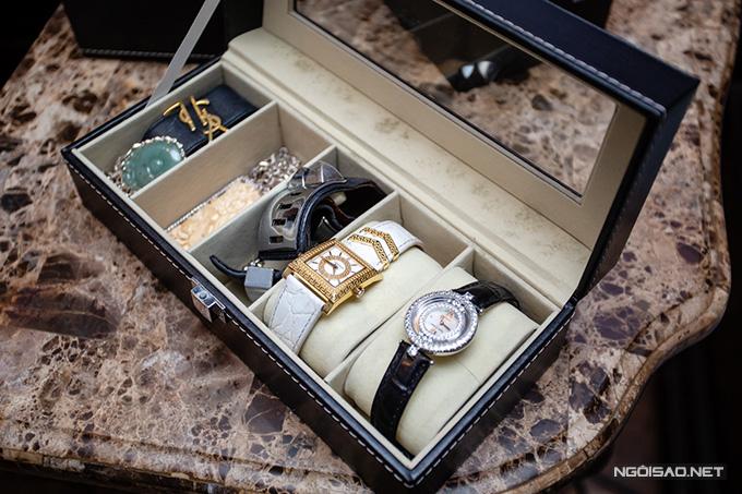 Ngoài một số đồng hồ hàng hiệu lạm vàng hoặc đính kim cương, Kiều Thanh rất thích sưu tập vòng tay với các chất liệu khác nhau.