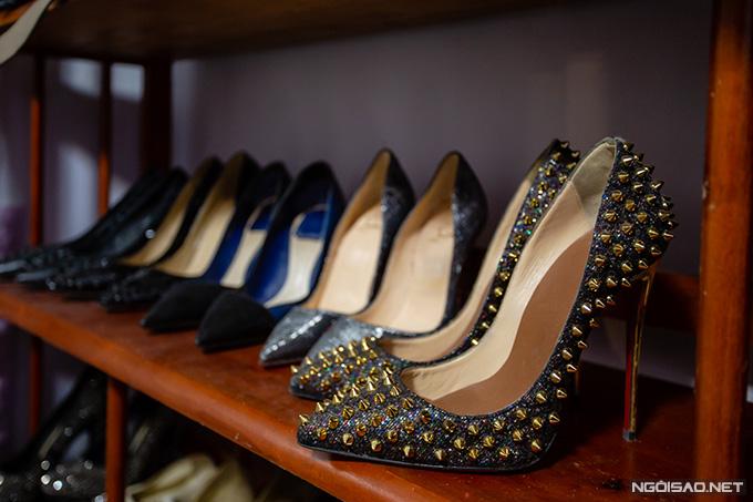 Trong số những đôi giày yêu thích của Kiều Thanh có nhiều mẫu cao gót mũi nhọn của các thương hiệu xa xỉ như Christian Louboutin, Dior, Gucci... Nữ diễn viên chia sẻ, từ khi có con, cô mới biết tiếc tiền cho việc mua sắm. Thay vì mua sắm điên cuồng như thời son dỗi, Kiều Thanh hiện chỉ đầu tư cho những món đồ thật chất lượng và cần thiết.