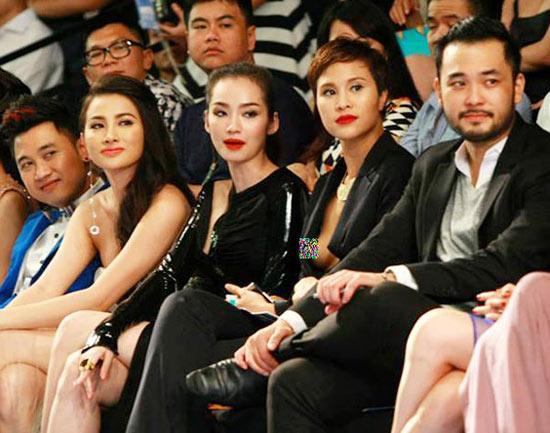 Cũng diện áo vest mở cổ sâu và để vòng 1 tự do, người mẫu Phương Mai gặp sự cố tương tự trên hàng ghế khán giả của Elle Fashion Show hôm 28/11.