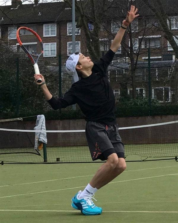 Romeo thể hiện một số phẩm chất phù hợp với môn tennis. Thần tượng của cậu là Federer.