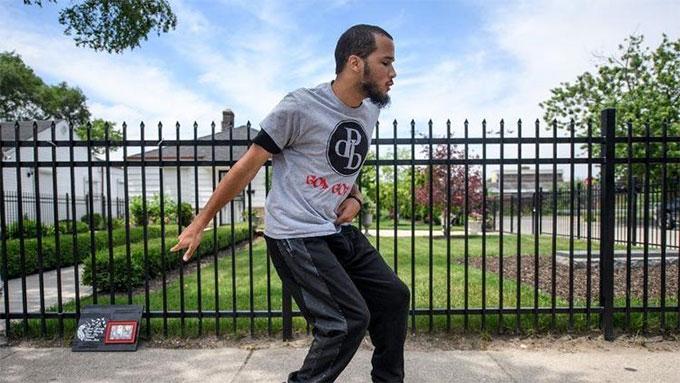 David Brooks và con trai nhảy bên ngoài ngôi nhà của Michael Jackson.