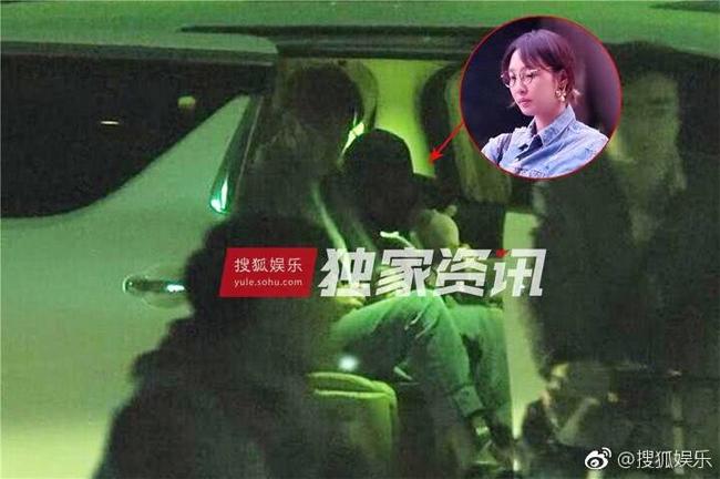 Bạch Bách Hà và chàng trai trẻ cử chỉ thân thiết trong xe hơi.