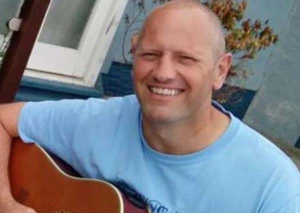 Lewis vừa mất cả vợ vừa phải đi tù vì hành động dại dột. Ảnh: Wales News Service.