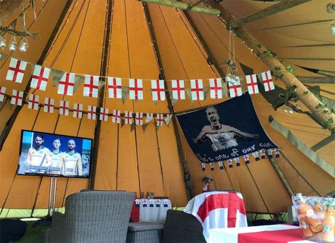 Hôn thê của Harry Kane dựng lều trong vườn nhà để xem World Cup - 1