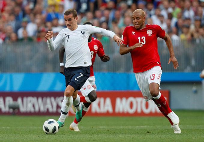 Pháp và Đan Mạch hòa không bàn thắng, dắt tay nhau đi tiếp