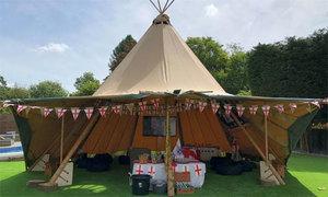 Hôn thê của Harry Kane dựng lều trong vườn nhà để xem World Cup