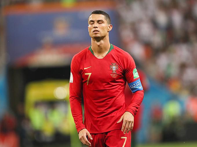 C. Ronaldo thất vọng sau khi sút hỏng 11m. Ảnh: Independent.