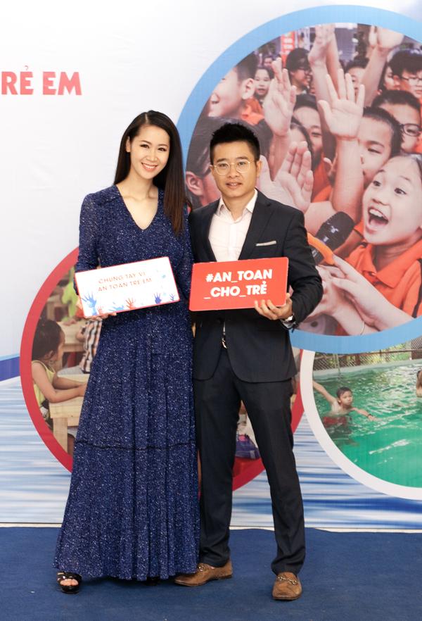 Không có nhiều thời gian nghỉ ngơi, sáng nay (26/6), Tân Hoa hậu cùng ông xãtham gia sự kiện về An toàn trong môi trường nước cho trẻ em tại Hà nội.Cô nhận lời góp mặt trong chương trình từ trước khi đăng quang.