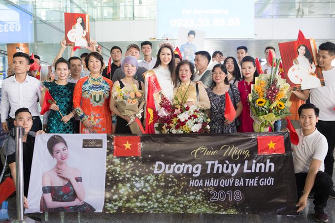 Đông đảo người thân, bạn bè đã mang băng rôn, cờ và hình ảnh của Dương Thuỳ Linh ra sân bay chào mừng cô.