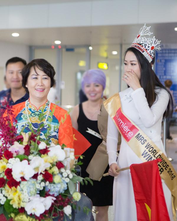 Khi vừa hạ cánh và nhìn thấy gia đình, bạn bè chào mừng, Dương Thuỳ Linh đã rất xúc động.